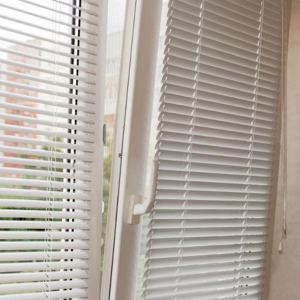 Окно с горизонтальными алюминиевыми жалюзи