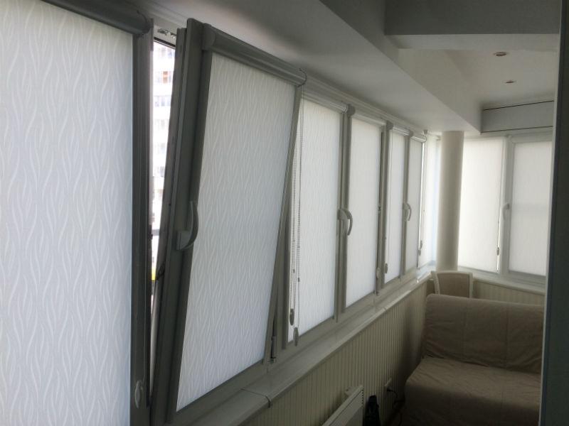 Рулонные шторы системы УНИ2 на створках пластиковых окон