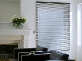 Горизонтальные алюминиевые жалюзи в гостиной