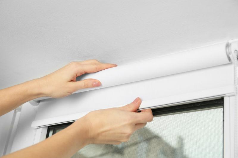 Установка рулонных штор на пластиковых окнах